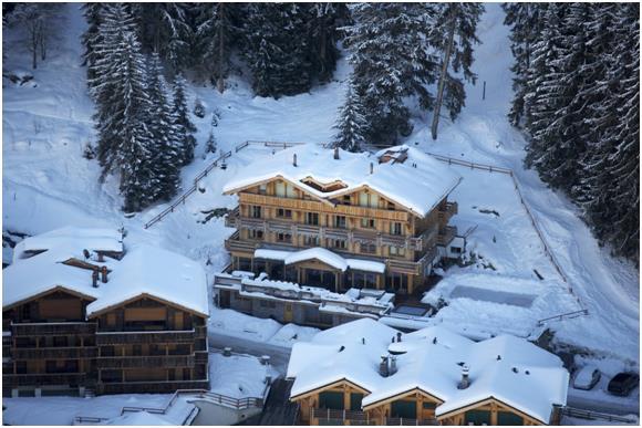"""يقع المنزل في قرية """" فيربير"""" التي تعد واحدة من أجمل وأشهر القرى في جبال الألب السويسرية."""