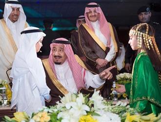 في لفتة أبوية.. الملك ينادي طفلين أثناء تدشين مشروعات الهيئة الملكية للسلام عليهما (فيديو)