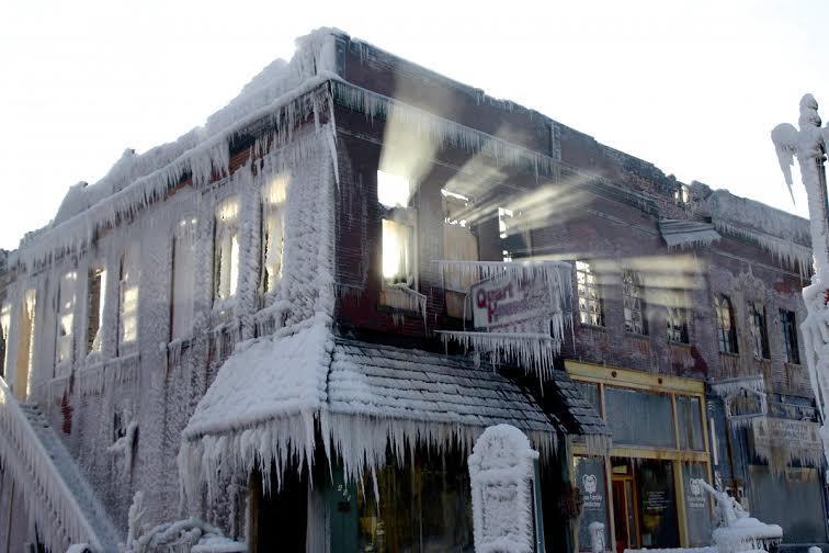 بعد أن أخمد رجال الإطفاء النيران المشتعلة في هذا المبنى، في ولاية نبراسكا الأمريكية، تجمدت المياه التي استخدمونها في عملية الإ