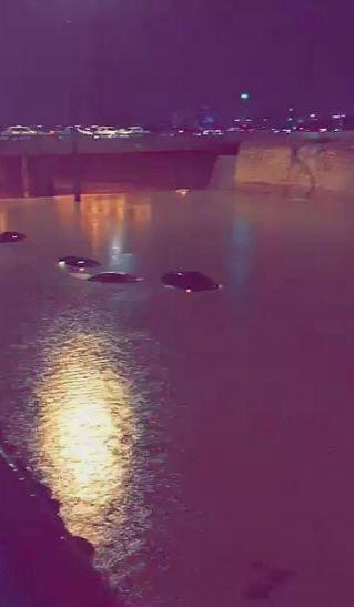 أمطار غزيرة على مدينة الرياض تؤدي إلى تعطل حركة السير وإغراق بعض