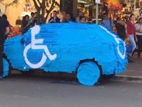 شاهد ماذا حدث لسيارة مواطن ركن سيارته في مساحة مخصصة للمعاقين