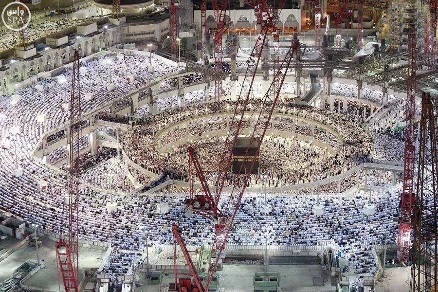 موع المصلين من الزوار والمعتمرين يشهدون ختم القرآن بالمسجد الحرام