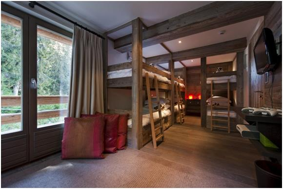 كما ويحتوي على عدة غرف نوم للأطفال، بأسرة ذات طابقين.