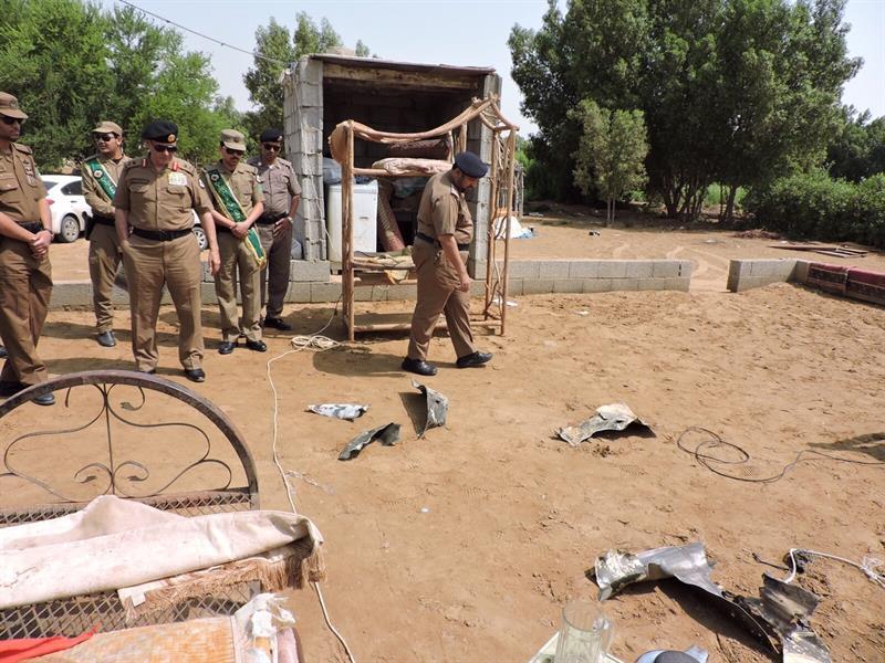 بالصور.. بقايا الصاروخ البالستي للحوثيين الذي أسقطته القوات السعودية