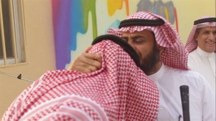 مدير تعليم مكة يقبل رأس قائد مدرسة فازت بالمركز الأول في جائزة خليجية