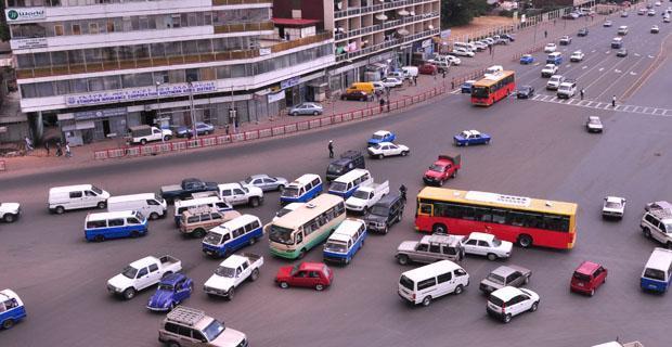 دول بدون إشارات مرور  وتعتمد معظم الدول على نظم الإشارات الضوئية لتنظيم المرور في شوارعها، وأصبحت تلك النظم أكثر تعقيدا اذ يضم