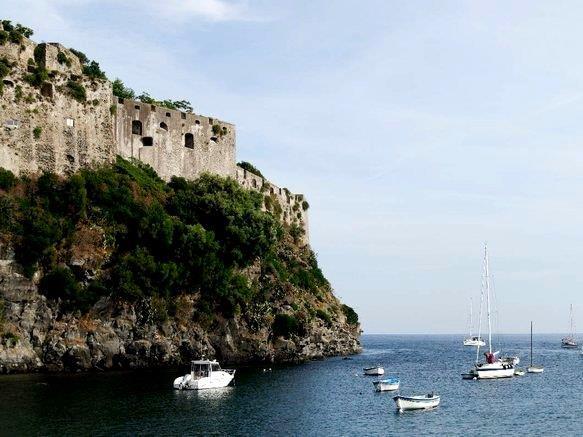 """جزيرة """"إسكيا""""، من أجمل الجزر البركانية في العالم، تقع شمال خليج مدينة نابولي الإيطالية، تعتبر واحدة من أجمل الجزر السياحية في"""