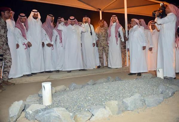 ولي العهد يقف أمام قبر الأمير نايف داعيًا له بالرحمة والمغفرة