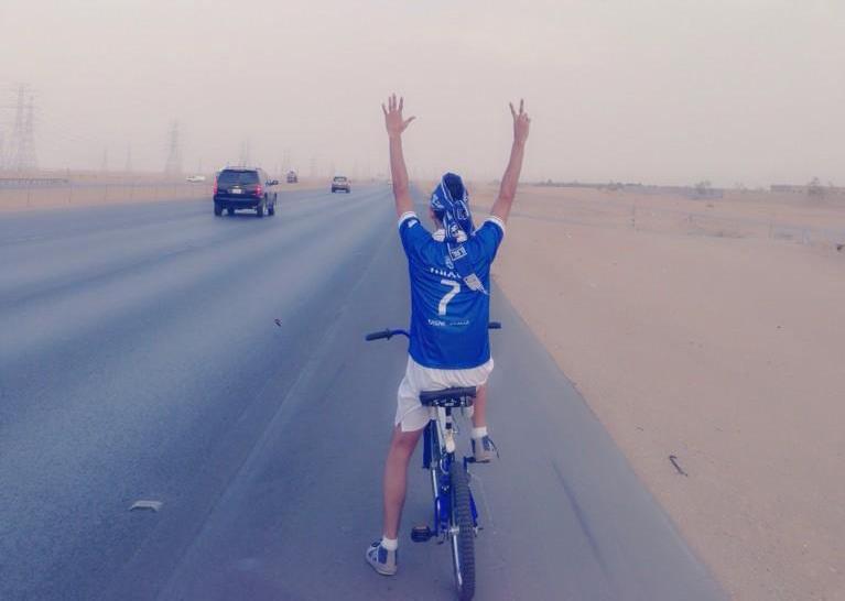 71ea8917 468c 438f 8f2d 0b07be96f0b9 - مشجع هلالي يسافر من القصيم إلى الرياض على دراجته لحضور لقاء الهلال والعين الإماراتي