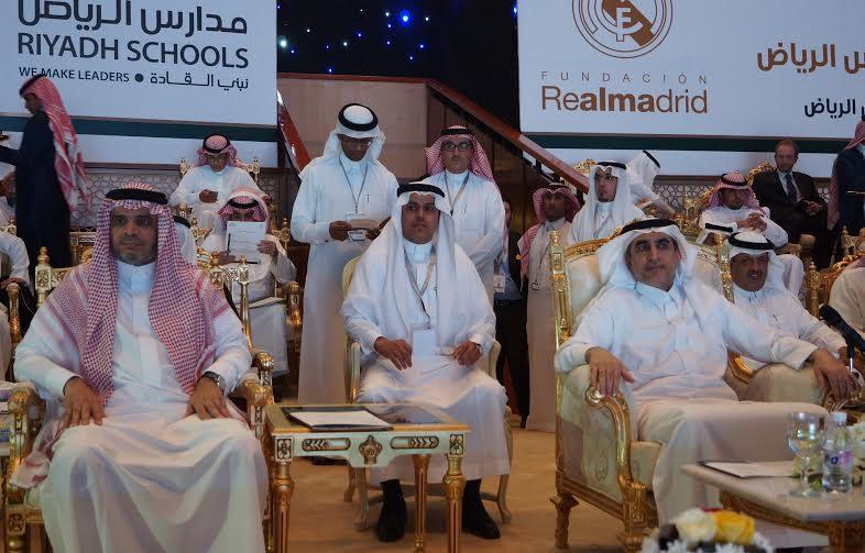 صورة جمعت وزيري التعليم السابق الدكتور عزام الدخيل والحالي الدكتور أحمد العيسى