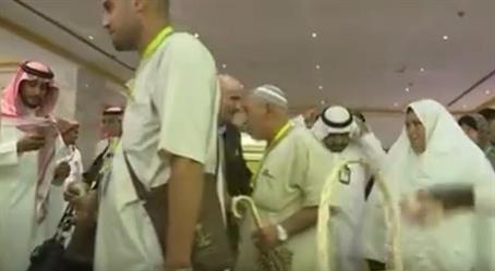 بالفيديو.. شباب المدينة يستقبلون الحجاج الفلسطينيين بالورود والأناشيد