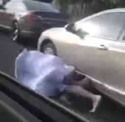 مضاربة حامية بين قائدي سيارتين وسقوطهما معًا على طريق سريع بالرياض