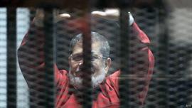 محكمة مصرية تسمح لمرسي بالحديث لمدة دقيقة ثم تقطع الصوت