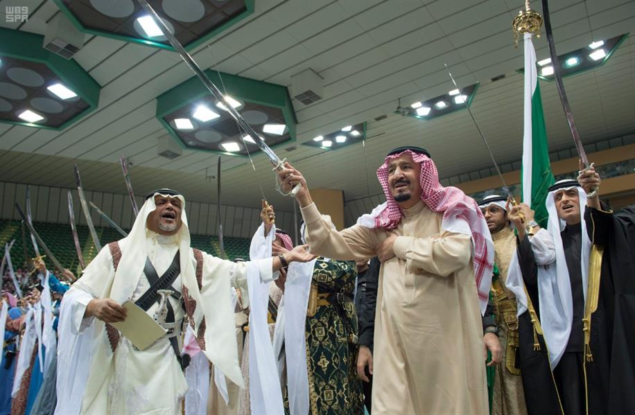 خادم الحرمين الشريفين يشارك في أداء العرضة السعودية ضمن مهرجان الجنادرية...