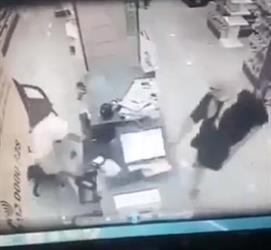 ملثمان ينفذان سطوًا مسلحًا على صيدلية