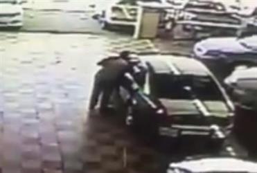 بالفيديو.. لص يسرق سيارة من معرض بحيلة جديدة وسط دهشة العاملين