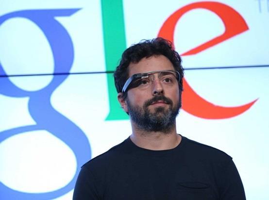 """كما تعمل شركة """"سامسونج"""" على تصميم """"نظارة ذكية"""" باسم """"Gear Glass""""، وهو عبارة عن جهاز كمبيوتر يمكن ارتداؤه ، وينُتظر أن تُصدر بح"""