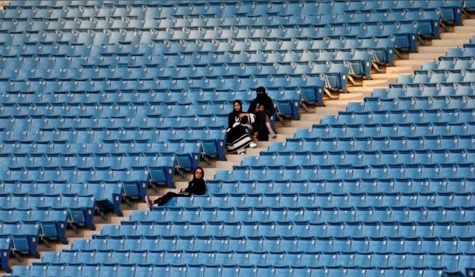 """شاهد.. العائلات تتوافد على """"الدرة"""" لحضور """"ملحمة وطن"""".. وإدارة الملعب: فصل الشباب في مدرجات خاصة"""