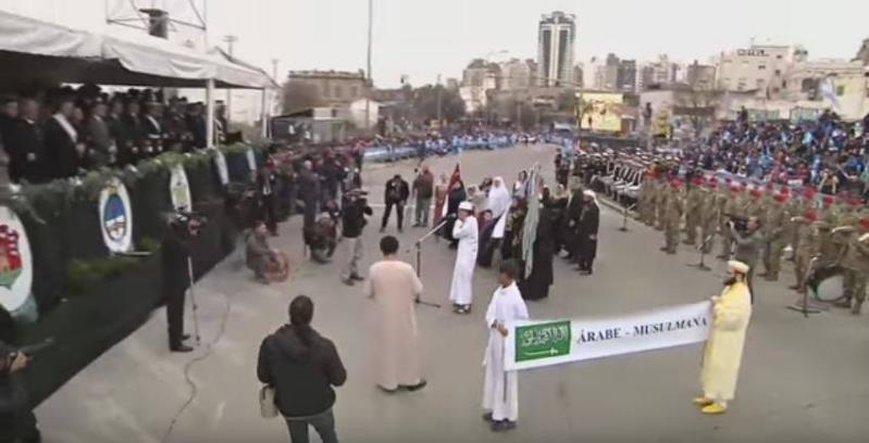 مسلمو الأرجنتين يرفعون علم المملكة خلال احتفالية الاستقلال
