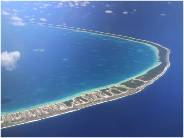 """جزيرة """"رانجيروا"""" في بولونيزيا الفرنسية، وهي جزيرة مرجانية على شكل حلقة، تشتهر بإحتوائها على المحار الذي يستخرج منه اللؤلؤ الأس"""