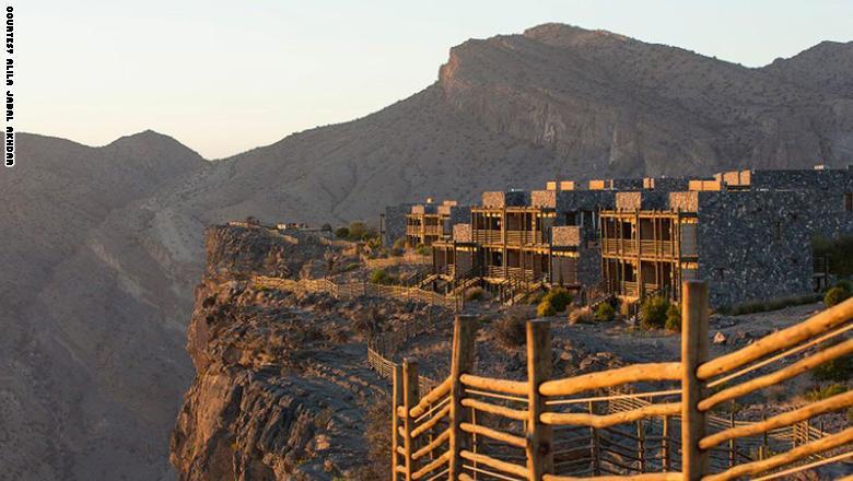 جانب يظهر الطريق المحمية وفندق عليلة الجبل الأخضر.