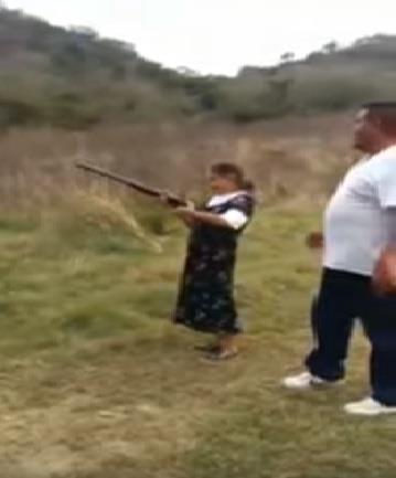 شاهد ماذا حدث لسيدة عجوز تتعلم استخدام بندقية صيد