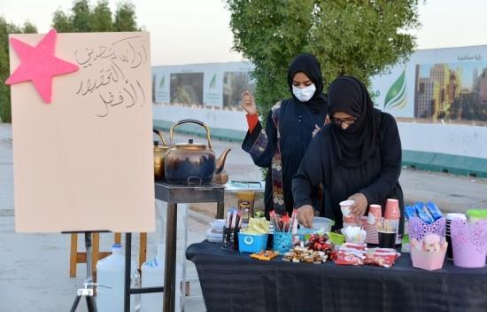 """بالصور.. سعودية تمتهن بيع """"الشاي على الحطب"""" مع بناتها الجامعيات.. وتؤكد: أفضل من """"البطالة"""""""