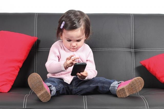 """لهو الأطفال بالهواتف المحمولة: توجد في بطارية الهاتف النقال مادة تسمى """"ريثون"""" ينتج عنها مشاكل صحية عديدة إذا دخلت إلى الجسم، ل"""