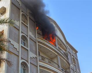 """""""مدني جدة"""" يخمد حريقاً شب في بناية مكونة من 4 أدوار دون وقوع إصابات (صور)"""