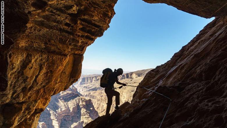 افتتح فندق عليلة الجبل الأخضر أطول طريق محمي للسير في الطبيعة في الشرق الأوسط، في سلسلة جبال الحجر في عمان.