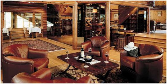 """فندق """" Triple Creek Ranch """": ويقع هذا الفندق الريفي بمزرعة فاخرة في بلدة """"داربي"""" بولاية """"مونتانا""""، ويمكن للنزلاء الاستمتاع بوس"""