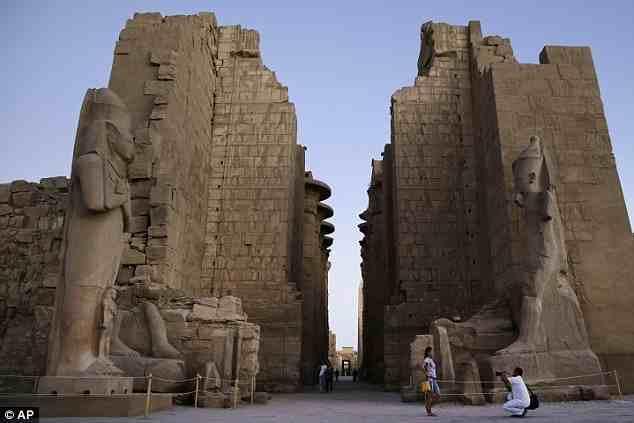 """أما معبد """"الكرنك"""" الذي يوجد في مدينة """"الأقصر"""" المصرية، فلم تستطع الصين تقليده بشكل كامل، حيث إن النسخة الأصلية أكبر من المقلدة"""