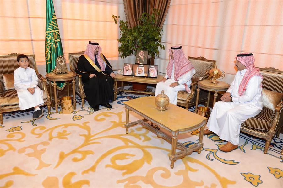 """الأمير فيصل بن خالد يعزي أسرة الطالب """"نواف الأحمري"""" ضحية سيول عسير"""