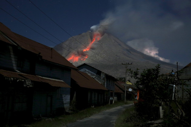 بالإمكان رؤية أعمدة الرماد المنبعثة من بركان جبل سينابونغ شمال سومطرة بإندونيسيا