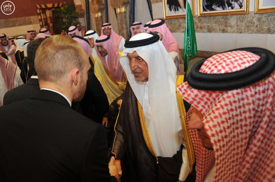 خالد الفيصل يستقبل بمنزله الأمير مقرن والمعزّين من أمراء ومسؤولين ومواطنين ووفود دول