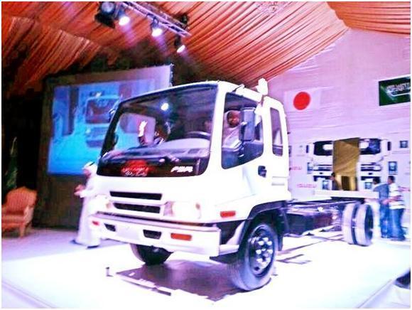 بالصور: وزير التجارة يدشن سيارة
