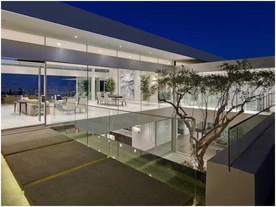 """يتميز هذا المنزل في """"بيفرلي هيلز"""" بولاية """"كاليفورنيا"""" بجدران زجاجية، تسمح بإطلالة خارجيه، كما أنه مجهز بنظام تشغيل آلي، ويبلغ"""