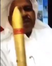 قطري يعرض سيجارًا من الذهب