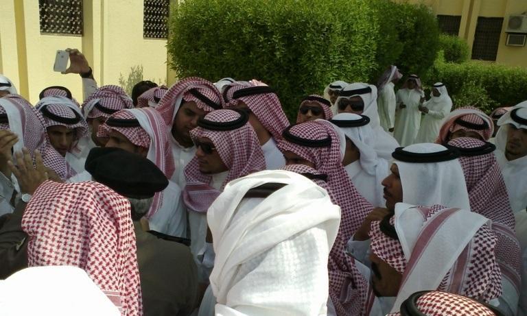 عشرات المواطنين يحتشدون أمام بلدية الباطن احتجاجاً الخدمات