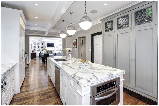 يحتوي المطبخ الفخم (المُجدد حديثًا) على طاولات سطحها من الرخام، وأجهزة فاخرة.