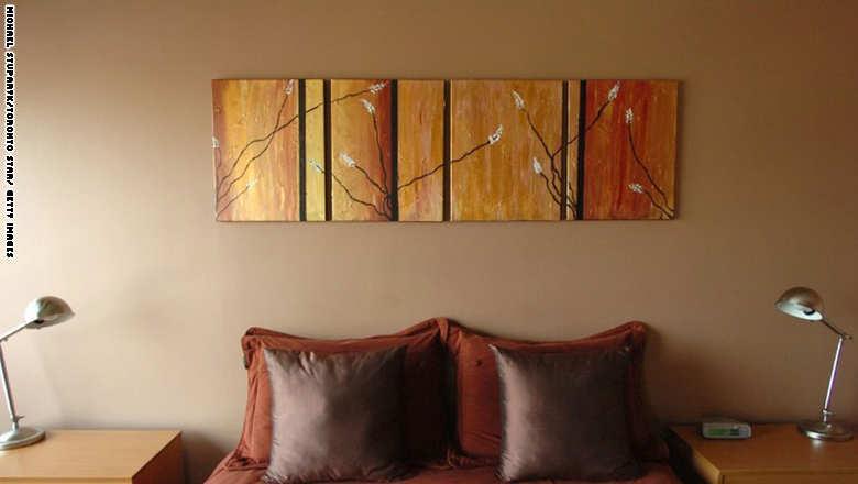 لون الغرفة احرص على النوم في غرفة ذات لون طلاء هادئ، فذلك من شأنه أن يخلق شعوراً نفسياً بالراحة تجاه مكان النوم.