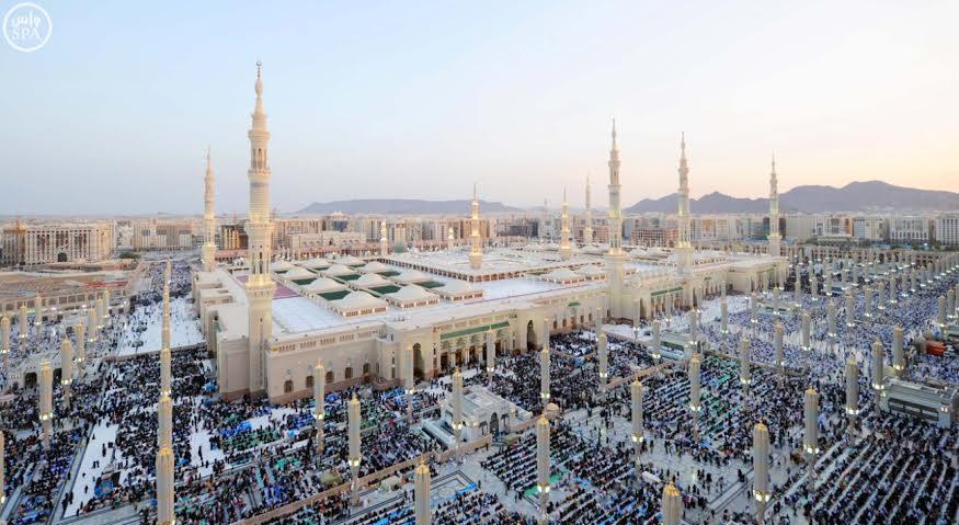 صور ترصد لحظات روحانية للمصلين والمعتكفين بالمسجد النبوي
