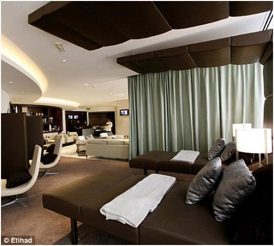 صالة ركاب الدرجة الأولى التابعة لطيران الاتحاد في مطار أبو ظبي، والتي تضم غرف سبا تقدم علاجات فرنسية لمدة 15 دقيقة، بالإضافة إ
