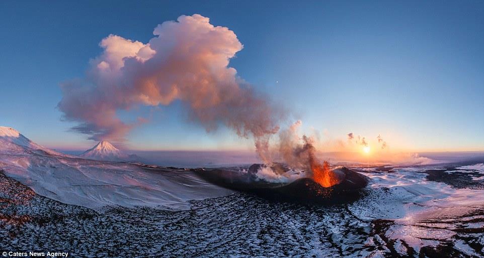 صورة نادرة لبركان متدفق الحمم في جزيرة كامتشاتكا، روسيا