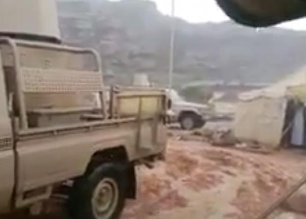 بالفيديو.. هطول أمطار وبرَد معسكرات
