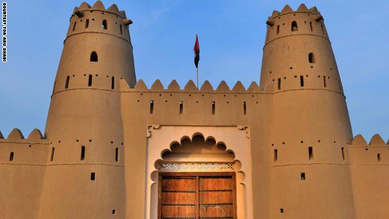 بُنيت قلعة الجاهلي في العام 1891، واتخذت مقرّاً للحكم حينها. وتضم القلعة اليوم مركزاً ثقافياً ومعرضاً دائماً للمكتشف البريطاني