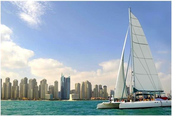 """يعد يخت """"Catamaran Cruise Dubai"""" واحدًا من أفضل اليخوت التي يمكن استئجارها في """"دبي""""، لأغراض الحفلات، وتبلغ تكلفة تأجيره 550 در"""