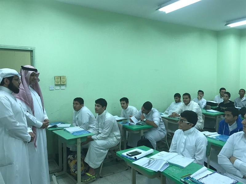 بالصور.. وزير التعليم يفاجئ ثلاث مدارس في جدة بزيارات تفقدية