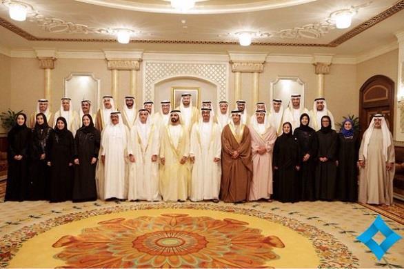 """بالصور.. وزيرة السعادة الإماراتية ترتدي قلادة تحمل كلمة """"happy"""" خلال أداء القسم"""