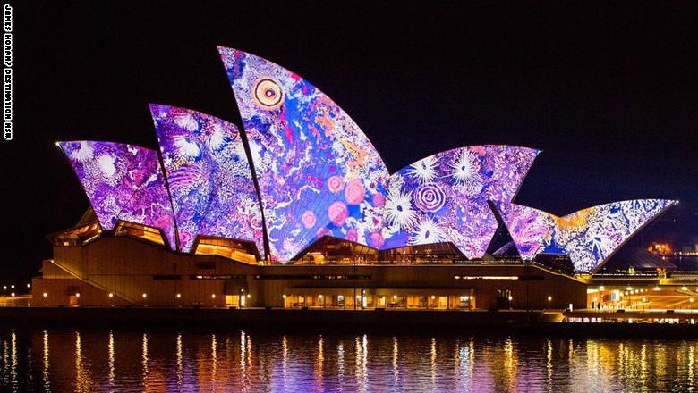 أعمال الفنانة الأسترالية الأصلية غابرييلا بوسم نونغوراي، تزين أشرعة دار الأوبرا في سيدني بأعمالها الفنية المعاصرة.